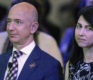 Jeff Bezos y MacKenzie Scott se divorciaron en 2019. En la foto de archivo, ambos asistieron en 2016 a la inauguración de la nueva sede del Washington Post, del cual Bezos aún es dueño.