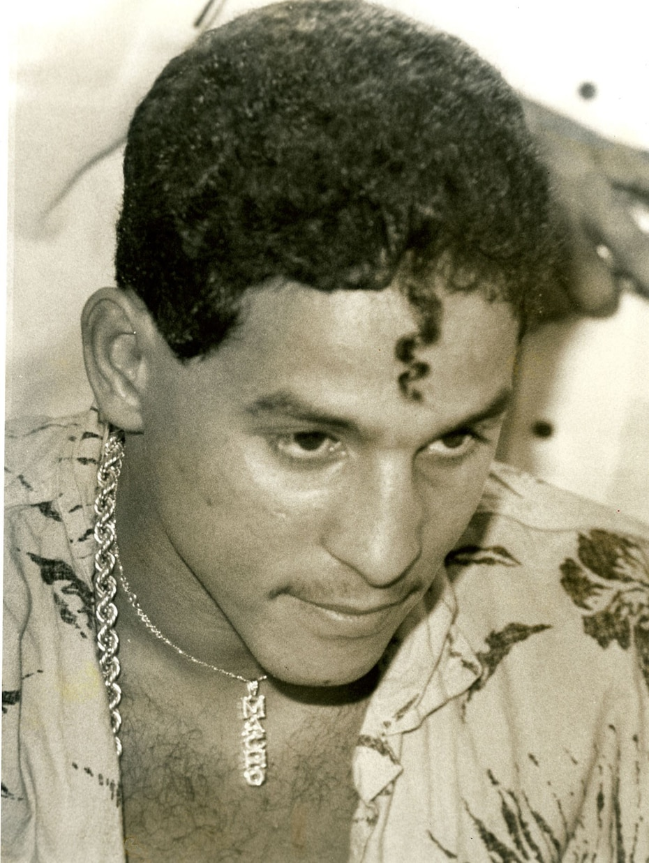 Luciendo su famoso recorte con un rizo en la frente, una camisa playera y otro pendiente con su apodo. (Archivo / José Ismael Fernández)