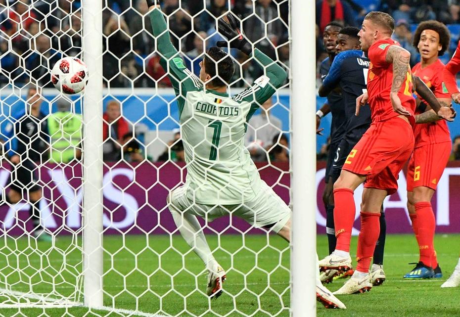 El zaguero del Barcelona saltó y le remató en las narices al arquero Thibaut Courtois, quien simplemente levantó las manos en un intento infructuoso por impedir que el balón entrara a las redes.