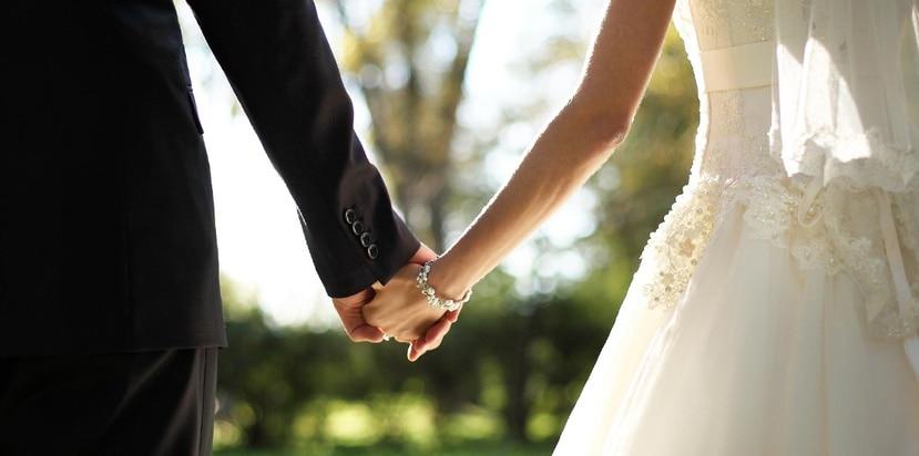 La leyes costarricenses prohíben totalmente que una persona mayor de edad se case con otra menor de 15 años, pero si es mayor de 15 es legal con el requisito de que la unión este aprobada por los padres del adolescente.