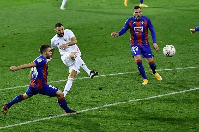 Karim Benzema, centro, del Real Madrid, intenta un remate entre Kevin Rodríguez y Anaitz Arbilla, derecha, del Eibar.