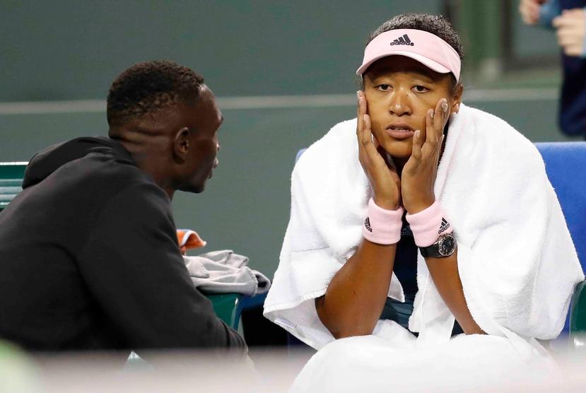 Osaka habla con su coach Jermaine Jenkins. (EFE)