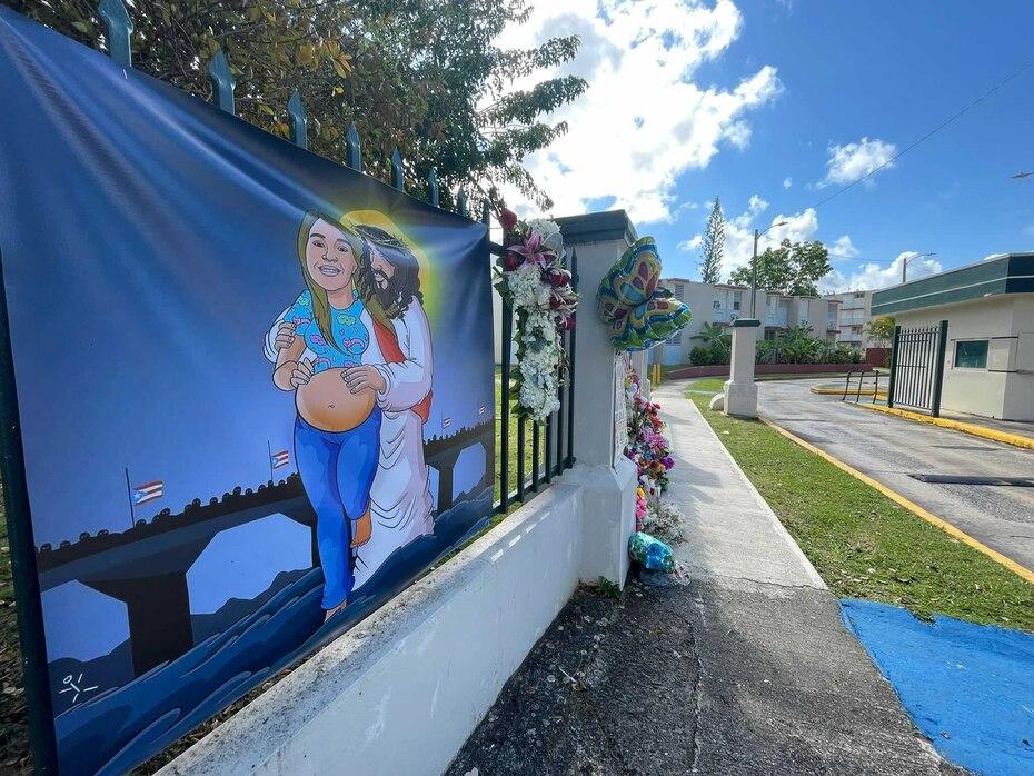 Este cartel alusivo a Keishla Rodríguez se colocó en la entrada al residencial Villa Esperanza, luegar donde vivía la joven.