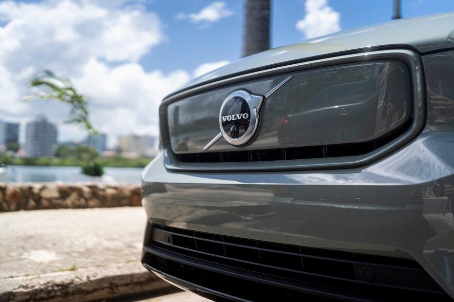 Como el vehículo eléctrico no necesita las regillas de entrada de aire hacia el motor, el XC40 Recharge Pure Electric incluyó un panel con el logo de la marca.