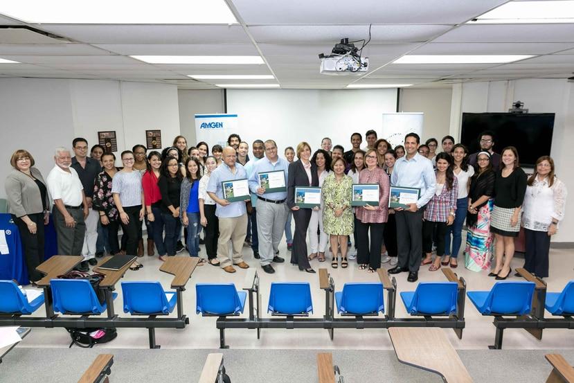 Grupo de estudiantes de ciencias e ingeniería de la UPR, junto a oradores y ejecutivos de Amgen que fueron parte de la primera serie de conferencias sobre Biotecnología