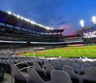 En imagen de archivo del jueves 30 de julio de 2020, siluetas de cartón con las imágenes de aficionados en las tribunas vacías apuntan al campo de juego de los Braves en Atlanta.