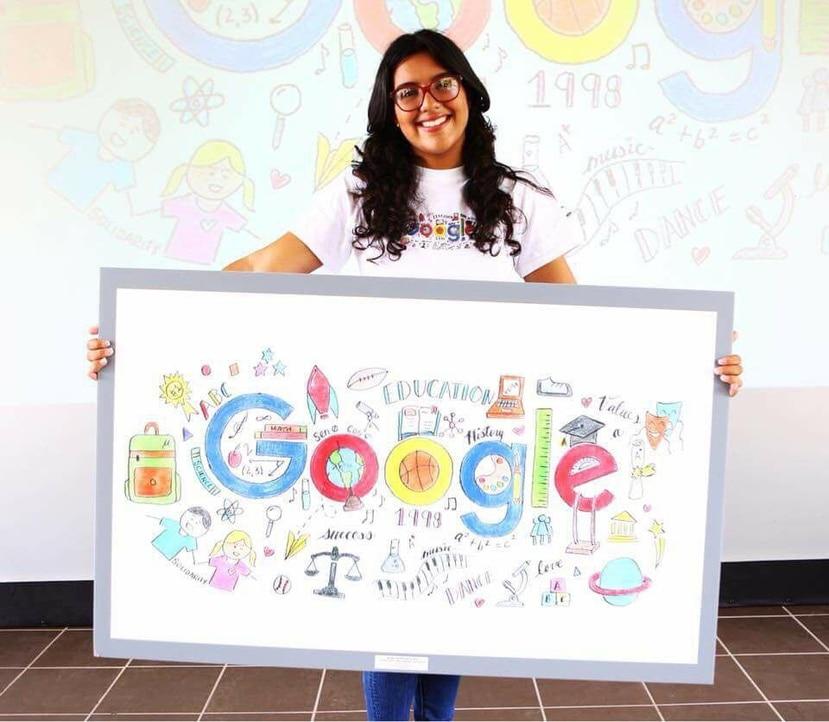 La estudiante Jannienid Alicea Tirado muestra el dibujo con el que está compitiendo. (Suministrada)