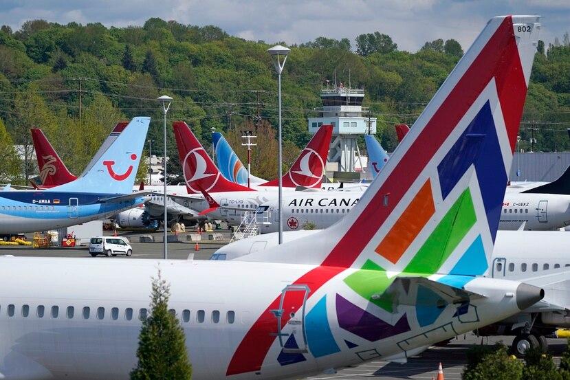 Aeronaves Boeing 737 Max permanecen estacionadas en un lote de Boeing Field en Seattle.