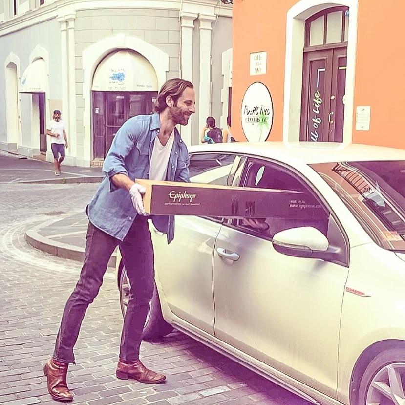 """Matteo Burr entrega una de las guitarras que fueron donadas a la iniciativa """"Gift of Sound"""" para seguir cultivando la música en medio de la pandemia por el coronavirus. (Instagram)"""