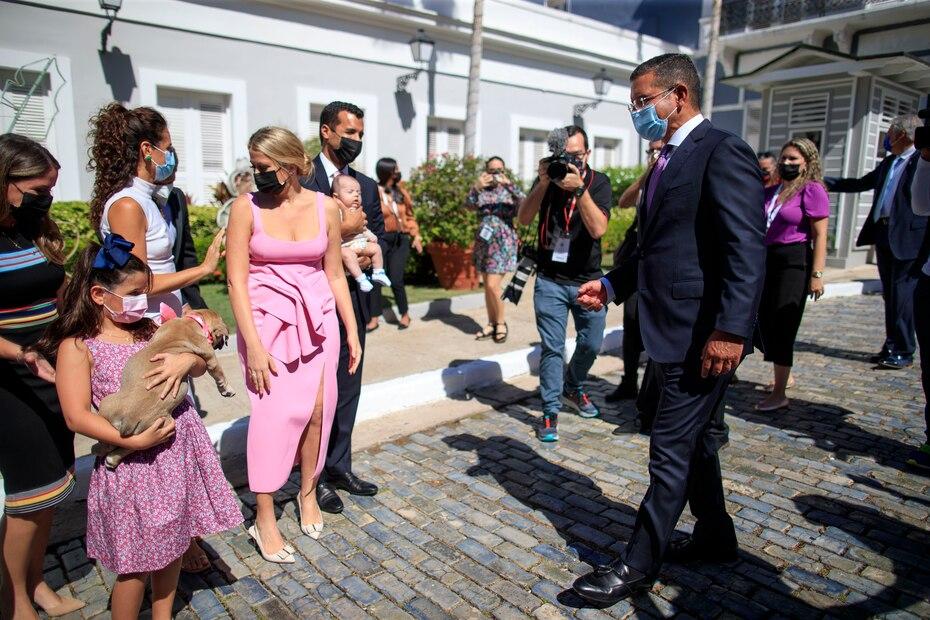 Del mismo modo, Pierluisi fue recibido por múltiples integrantes de su familia.