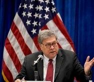 """William Barr (arriba) designó al fiscal John Durham para el puesto mientras Trump sigue impulsando sus denuncias de que la investigación que ensombreció su presidencia fue una """"cacería de brujas""""."""