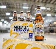 La Medalla Ultra Light está disponible en botellas de 12 onzas en restaurantes y barras alrededor de la isla.