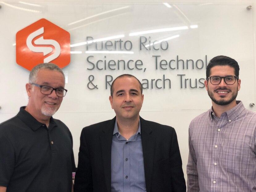 Desde la izquierda, Eddie Varela, oficial de Compras del Fideicomiso; Edwin Rodríguez, director de desarrollo de negocio de PSI Software y  Jorge Molina, asesor legal del Fideicomiso. (Suministrada)