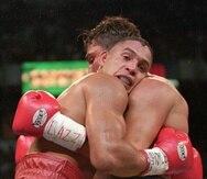 Héctor Camacho recurrió a continuos abrazos con su rival para escapar el peligro de ser noqueado, algo que guardó como uno orgullo personal por nunca perder una pleito por la vía rápida.