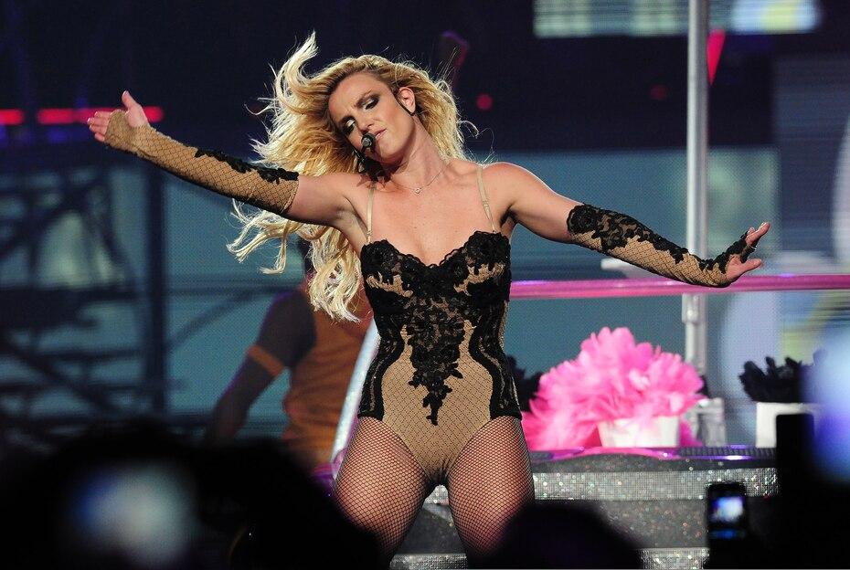 """En 2011, se embarcó en el tour """"Femme Fatale"""", que en las primeras diez presentaciones generó $6.2 millones."""