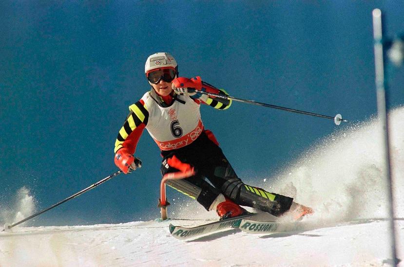 En esta foto del 26 de febrero de 1988, la esquiadora española Blanca Fernández Ochoa acelera cuesta abajo en la primera ronda de la competencia olímpica de slalom en Mt. Allan en Nakiska, Alberta. (AP)