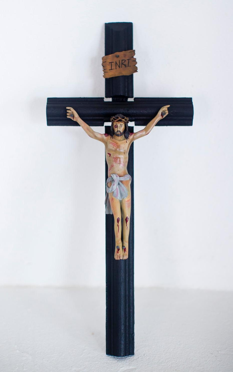 """""""La crucifixión y muerte de nuestro señor Jesús"""", por Jesús Nieves Dorta, evidencia el cuidado del artista con el uso de la pintura sobre madera."""