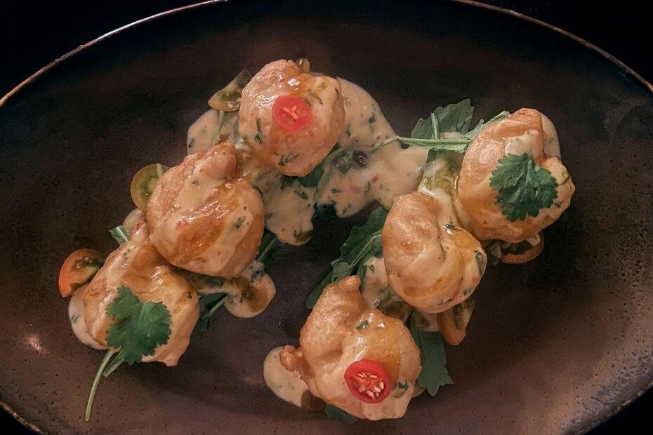 Ensalada de langostinos al tempura, del chef Gámez.