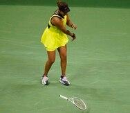 La japonesa Naomi Osaka azota la raqueta durante el encuentro que perdió ante la canadiense Leylah Fernández.