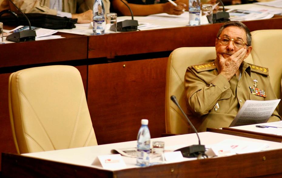 El 22 de diciembre de 2006 el presidente en funciones de Cuba, Raúl Castro, se sienta junto a la silla que usualmente ocupa su hermano mayor, Fidel Castro, en una sesión del Parlamento en La Habana.
