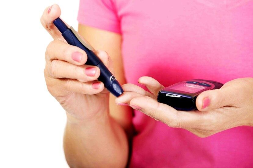 El paciente con diabetes debe monitorear sus niveles de azúcar en sangre con más frecuencia si sospecha que puede tener alguna infección relacionada con el coronavirus. (Archivo)