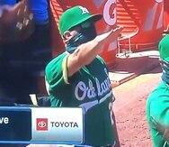 Captura del momento en que el coach de Oakland Ryan Christenson hace el saludo.