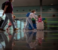 Turistas llegando al aeropuerto de Barcelona, España, el 7 de junio de 2021.