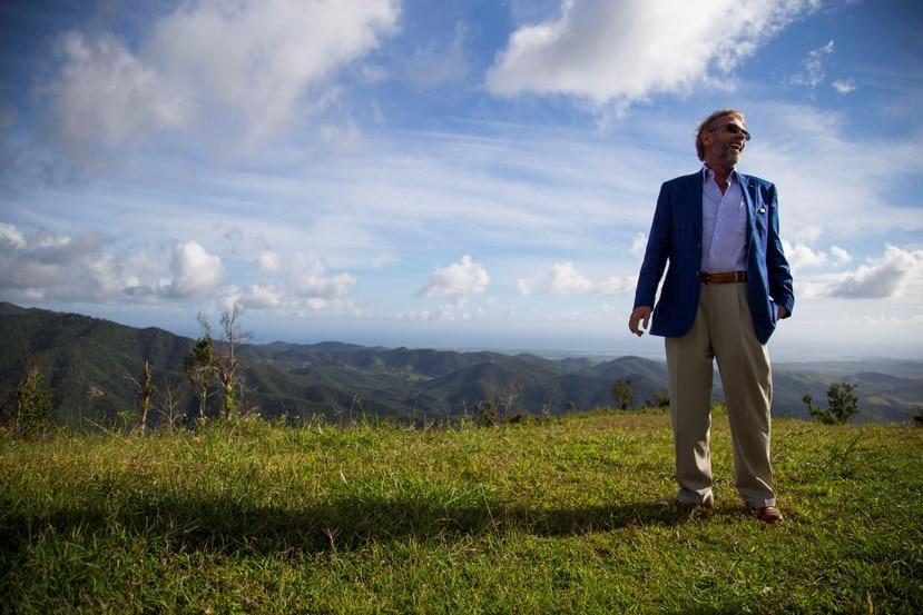 El inversionista Keith St. Clair muestra la vista que se aprecia desde el terreno en Cayey en el que desarrollará un complejo turístico y residencial.