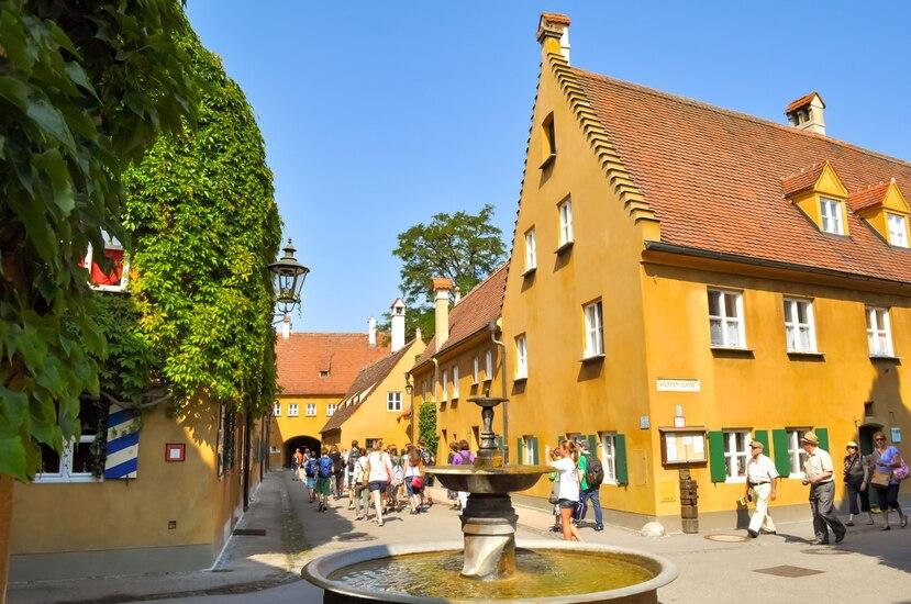 El complejo Figgerei tiene 52 edificios de dos pisos, techos rojos y dos apartamentos idénticos, uno en cada piso, y fue inaugurado en 1523