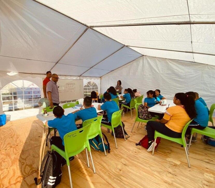 El Departamento de Educación estableció escuelas temporeras bajo carpas en cinco municipios de la zona sur. (GFR Media)