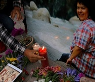 Un hombre coloca una vela encendida junto a una imagen de la activista ambiental y de derechos indígenas Berta Cáceres en una ceremonia espiritual, un día antes de un juicio contra uno de los presuntos autores intelectuales del asesinato de Cáceres, en Tegucigalpa, Honduras, el lunes 5 de abril de 2021.