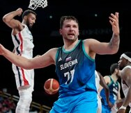 El esloveno Luka Doncic (77) reacciona tras anotar ante el francés Rudy Gobert (izquierda) en la semifinal del torneo olímpico de baloncesto de los Juegos de Tokio.