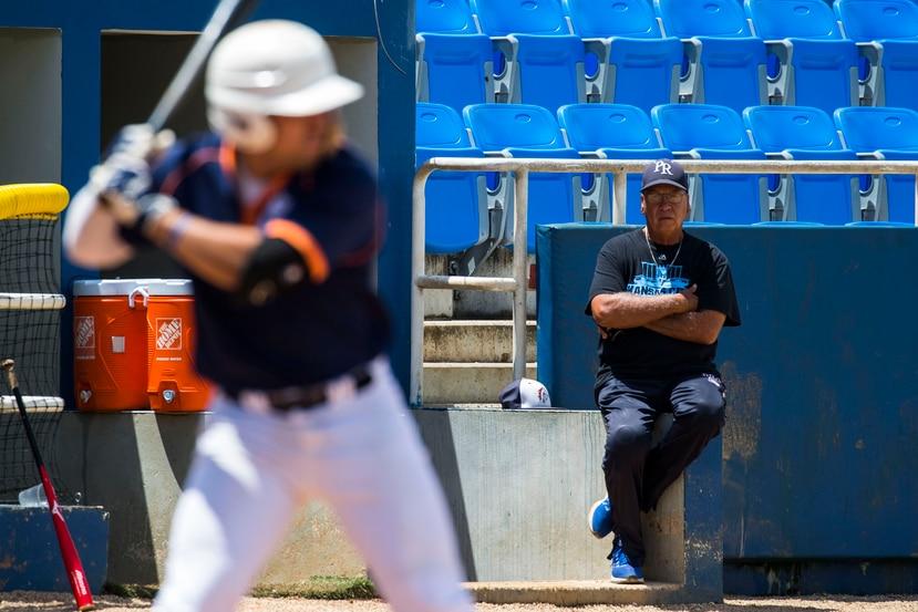 El esucha Johnny Ramos observa el turno ofensivo de un jugador durante el Spring Break Scout Day.