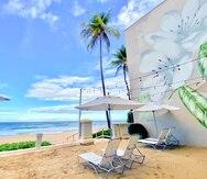 El San Juan Marriott Beach Deck en una terraza sin techo, de 2,500 pies cuadrados y ubicada frente al mar, cuyo suelo fue cubierto de arena y ahora cuenta con sombrillas y sillas de playa suficientes para unas 25 personas.