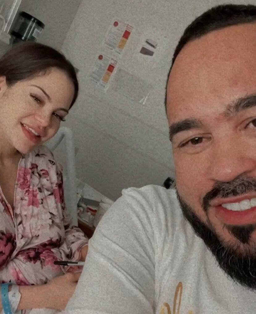 """Natti Natasha y Rafael """"Raphy"""" Pina se mostraron felices desde el cuarto del hospital donde nació la hija de ambos."""