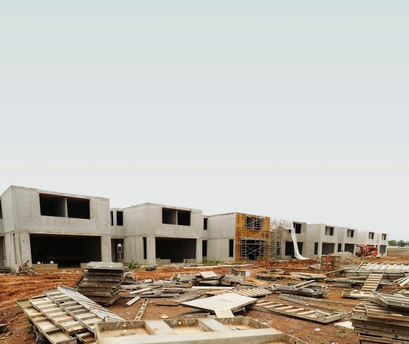 Construcción del complejo de viviendas Riviera Village, en Guaynabo, cuyo costo de venta inicial comienza en $400,000. El proyecto, desarrollado por VRM, está 100% vendido y cuenta con una lista de espera de sobre 150 personas.