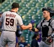 El relevista Brett de Geus, izquierda, es felicitado por su receptor Daulton Varsho, luego de que los Diamondbacks de Arizona vencieran a los Cubs de Chicago.