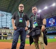 """El periodista Antolín Maldonado y el fotoperiodista Ramón """"Tonito"""" Zayas, desde el Minute Maid Park en Houston."""