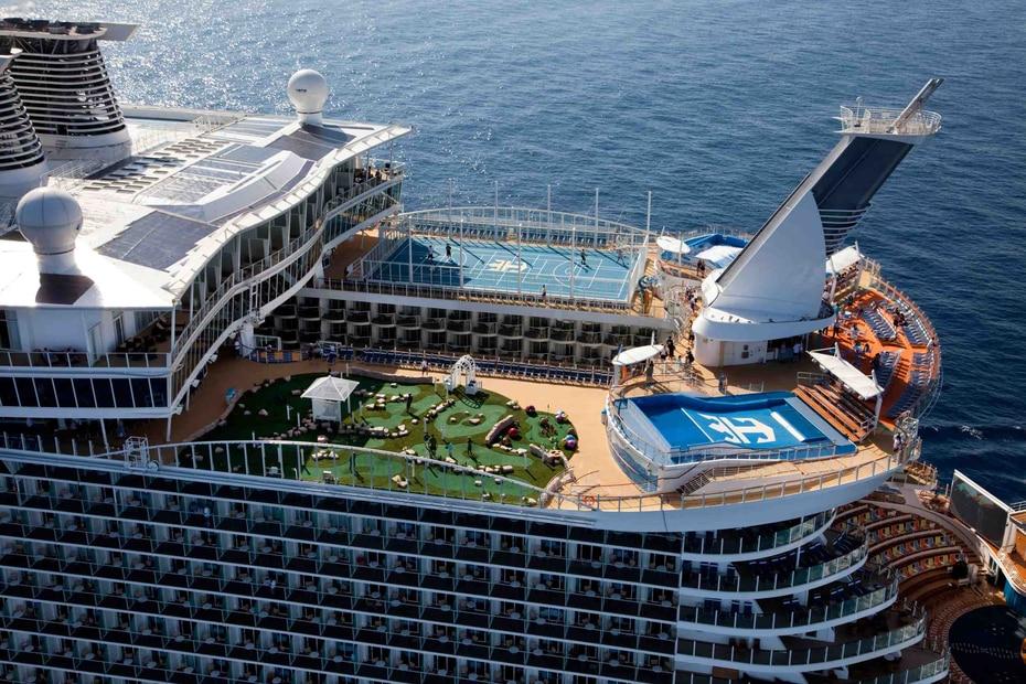Oasis of the Seas | Pertenece a Royal Caribbean. Mide 1,187 pies de largo y soporta hasta 6,780 pasajeros. Fue lanzado en  el 2009. Incluye una zona de juagos acuáticos para niños. (GFR Media)