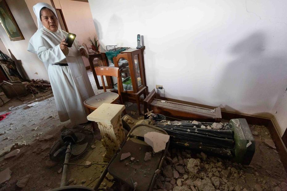 El desorden al cruzar cada una de las habitaciones retrata la intensa sacudida que lo lanzó todo al suelo.
