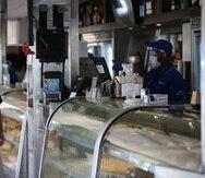 Muchos restaurantes inviriteron en equipo y suministros de desinfección y distanciamiento social durante la pandemia. En la foto, clientes en el restaurante Kasalta en Ocean Park en mayo de 2020.