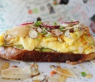 El Avocado Tapas es uno de los muchos platos que están disponibles en el restaurante El Huevo, en Santurce.