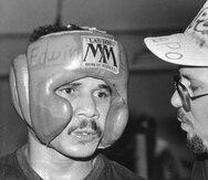 """""""Chapo"""" Rosario escucha instrucciones de quien fue su primer entrenador, Manny Siaca. (Archivo)"""