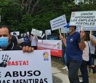 Decenas de empleados postales protestaron hoy en contra de las condiciones laborales en el edificio del Correo General en Hato Rey.