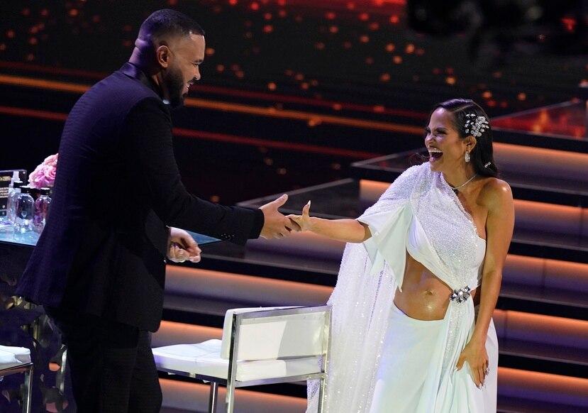 Raphy Pina y Natti Natasha al momento de hacer público el embarazo de la cantante. (AP Foto/Marta Lavandier)