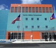Jonathan Santiago Cortés y el otro confinado fueron enviados a recibir atención en el Centro Médico Correccional.