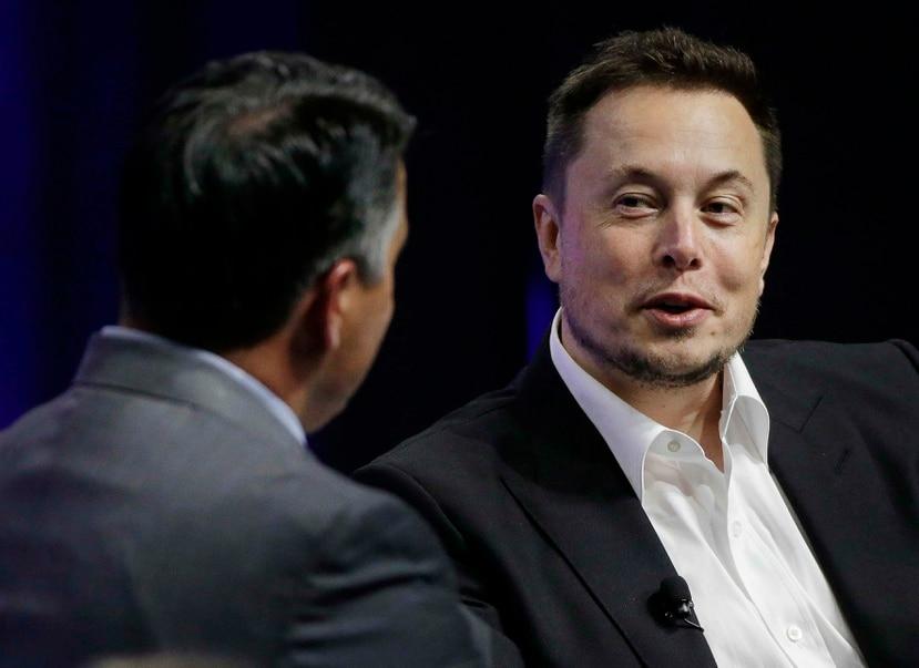 El director general de las empresas Tesla y SpaceX, Elon Musk, a la derecha, responde a una pregunta del gobernador de Nevada, el republicano Brian Sandoval. (AP)