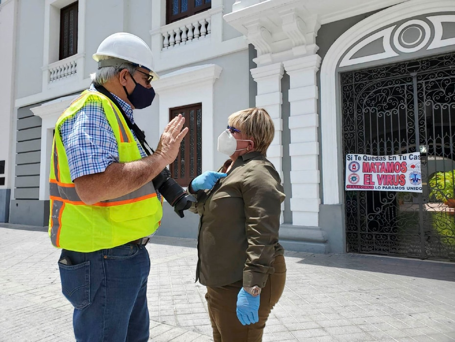 """La alcaldesa de Ponce, María """"Mayita"""" Meléndez (izq.), confirmó que varias estructuras colapsaron a causa del temblor."""