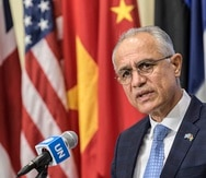 En esta fotografía del viernes 6 de agosto de 2021, facilitada por la ONU, Ghulam M. Isaczai, embajador de Afganistán ante Naciones Unidas, hace declaraciones en conferencia de prensa en la sede del organismo mundial.