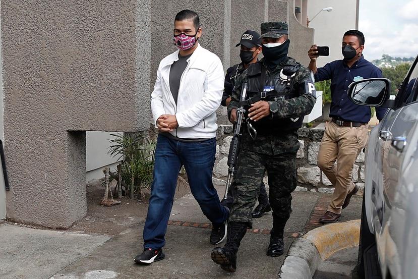 Roberto David Castillo Mejía es escoltado por policías penitenciarios para escuchar el veredicto de un juicio por el asesinato de la ambientalista y activista por los derechos indígenas Berta Cáceres.